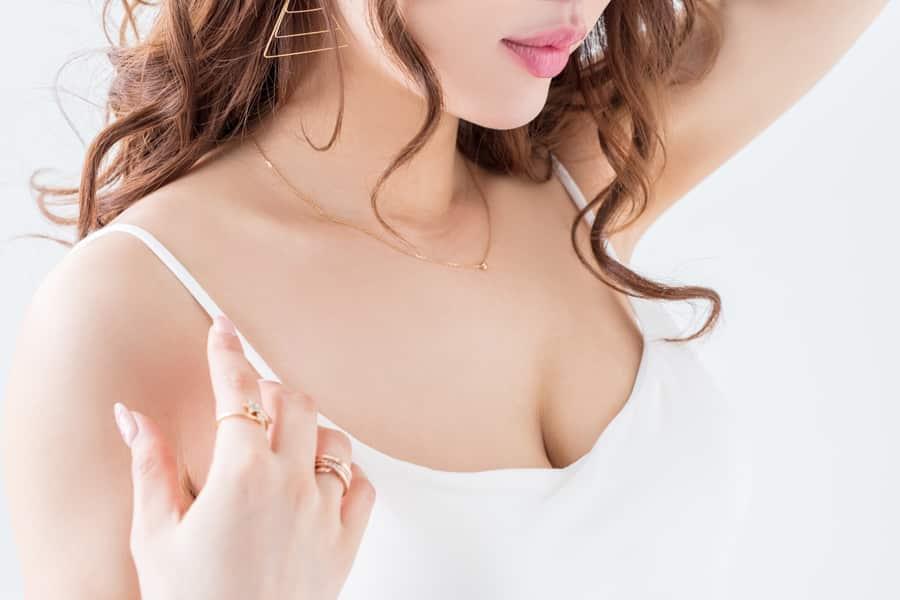 授乳期で左右の胸の大きさが違うのは授乳による胸の乳腺の発達に関係があります